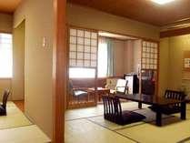 【和室12畳以上】和室10+6畳。玄関を入ると廊下があり、重みある造りの落ち着いた空間。(お部屋の一例)