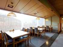 【和食処「洗心」】窓の外に広がる渓谷美を見ながら、お食事をお召し上がり頂けます。