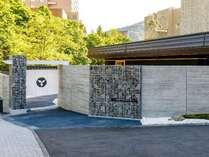 章月新外観:正門の暖簾をくぐると白い砂利敷きの庭が広がっております