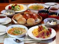 日替わり洋朝食の一例です。朝からお客様に元気になっていただくため、出来立てを提供させて頂きます。