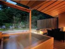 日本庭園を望む檜を使用した露天風呂で、優雅な一時をご堪能いただけます。
