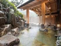 大浴場の岩風呂は、冬季(11/1~2/28)限定でゴールドのお湯をお愉しみいただけます。