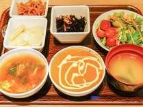 朝食は、和・洋食・インドカレーなどのバイキングをご用意。