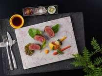 【GENJI香】新潟の銘柄牛「越後豊浦牛」のステーキ/夕食メイン一例。味はもちろん目でも楽しめる。