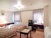 ツインルーム(イメージ)シンプルで機能的な空間※お部屋により机や窓の配置などは変わって参ります