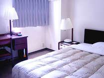 シングルルーム・セミダブル(イメージ)窓・机の位置は客室により異なります