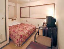 ダブルルーム(イメージ)ダブルベッド1台のお部屋です。備品の位置などは、お部屋により異なります