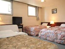 ベッド3台のトリプルルーム(一例)約20平米。1台はエキストラベッドとなります。少し手狭な部屋となります