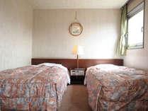 【禁煙ツインB】余裕のある広さを確保した、ベッドルーム。(20.5平米ベッド幅115cm×2)3名利用時は手狭です