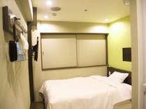【禁煙リニューアルシングル】明るく機能的なお部屋。12平米。ベッド幅140cmでぐっすりお休み。