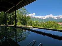 緑が濃くなるとともに、美しさを増す露天風呂。緑と青、そして雲と残雪の白がなんともいい具合