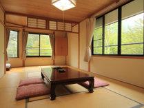 【客室一例・10畳】全客室が和室のお部屋となっており、窓の外には、豊かな自然が眺められます。
