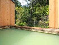 【温泉・女湯露天風呂】白濁のエメラルドグリーンが美しい貴重な湯と移ろう景色に癒されてください。