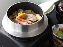 磯の香り漂う【海鮮釜飯】、料理長自慢の逸品です!