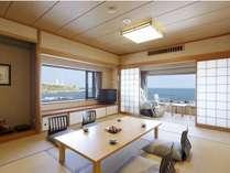 目の前は太平洋、左の窓には犬吠埼燈台。【ヒノキ風呂付き角部屋】