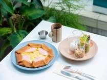 女性に嬉しい選べるクレープと新鮮野菜の朝食