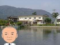 近江舞子内湖に浮かび上げる、民宿・舞子屋と店主・中野です。
