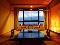和の風情ただようお部屋。窓からは海が一望!