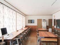 光のさしこむ大きな窓、屋久島産杉材のテーブル、暖かい雰囲気の母屋は供用スペースでいつでも利用可能