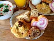 【朝食】風来荘の朝ごはん。オーナーが毎日焼き上げる、自家製天然酵母パン&スープは好評です♪