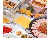 朝食は和洋のビュッフェスタイル。お好きなものを好きなだけ。