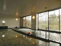 【大浴場】熱海の源泉直送。温泉がたっぷり注がれる伊豆石の湯舟