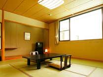 【山側の和室】景色が山側のため、リーズナブルにお泊りいただけます。(10畳/バストイレ付)