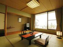 【海側の和室】窓を開ければ潮騒が聞こえる海に面した和室。畳の香りに癒される。一例(10畳/バストイレ付)