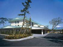 KKR沼津はまゆうの全景 海と富士山が一望できることで有名な富士八景、志下海岸の前に立地しています。