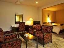 特別室 【森のスイート・紅】8畳の和室と、寝室のベットルームと応接セットを備えた和洋室。