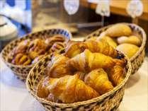 朝食では、焼き立てのパンをご提供しています