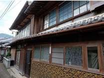 商店だった築80年ほどの古民家を活用したゲストハウスおとや。