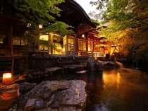 夕暮れ時、庭園露天風呂から桃山風呂を望む 時間によって雰囲気が変わります