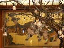 ロビーにはりんごの木のアートインスタレーション 美術館のようです