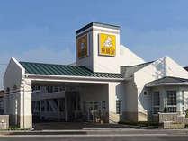 アメリカンスタイルの素泊まりのロードサイドホテル。無料駐車場完備。