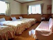4人対応の客室。ベットは移動できます。添い寝は2名まで。
