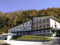苗場スキー場まで400mの好立地に立つロッヂ丘、秋の風景
