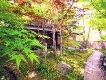 【二本の葦束 エントランス】約4500坪の庭は風情があり、散策にもぴったりです。