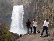 日本の滝100選の苗名滝。当館より車で約10分です。