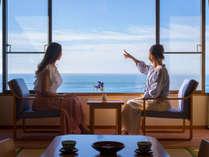 和室からどこまでも続く熊野灘を望む