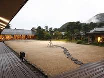 南部赤松林に囲まれ、ひっそりとたたずむ佳松園の中庭から万寿山を望む