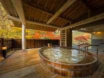 「とろとろの湯」ひのき露天風呂 紅葉の時季