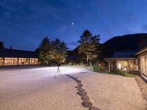 ロビーからご覧いただける南部赤松林と白砂の中庭。毎晩かがり火に照らされます。ご夕食の後にでもどうぞ。