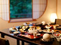 お部屋でゆっくりご夕食。花巻温泉オリジナルワイン「花つぼみ」から始まるお食事は旬を映す会席料理です。