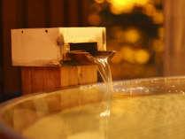 しっとり滑らかな泉質の自家源泉。ひのき露天風呂をお楽しみください。
