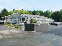 軽井沢の緑に囲まれたホテル外観