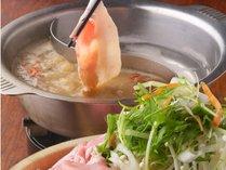 【満腹プラン】は薬膳しゃぶしゃぶとお料理1品、さらにソフトドリンクがセットとなって、お食事も充実!