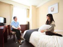 カップルプラン客室(一例)落ち着いたデザインのシングルルーム。
