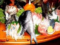 大舟盛り一例魚は新鮮、その時期おいしい海の幸をたっぷりのせてw