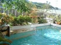 屋上の手づくり露天風呂。ご家族・カップルで貸切可。